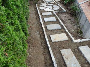 polaganje vrtnih stopalnih kamnov
