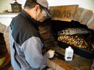 čiščenje madežev saj in dima na kaminu
